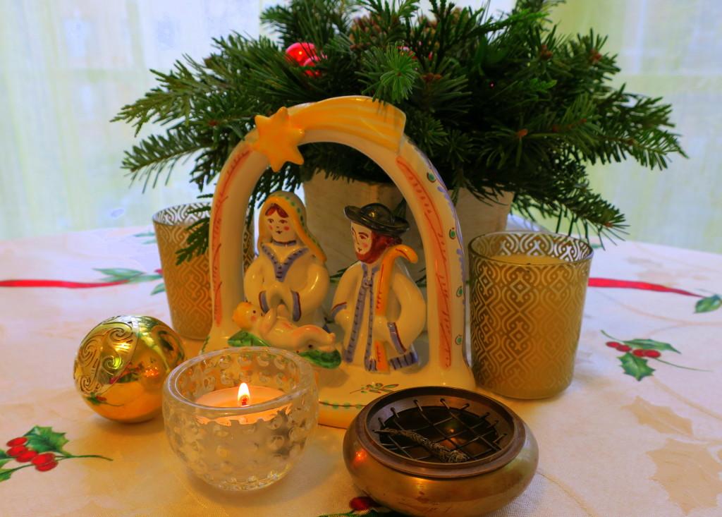 Jednoduchý vánoční oltář na kuchyňském stole - klíčové je, aby předměty na oltáři měly pro vás hluboký význam a symboliku